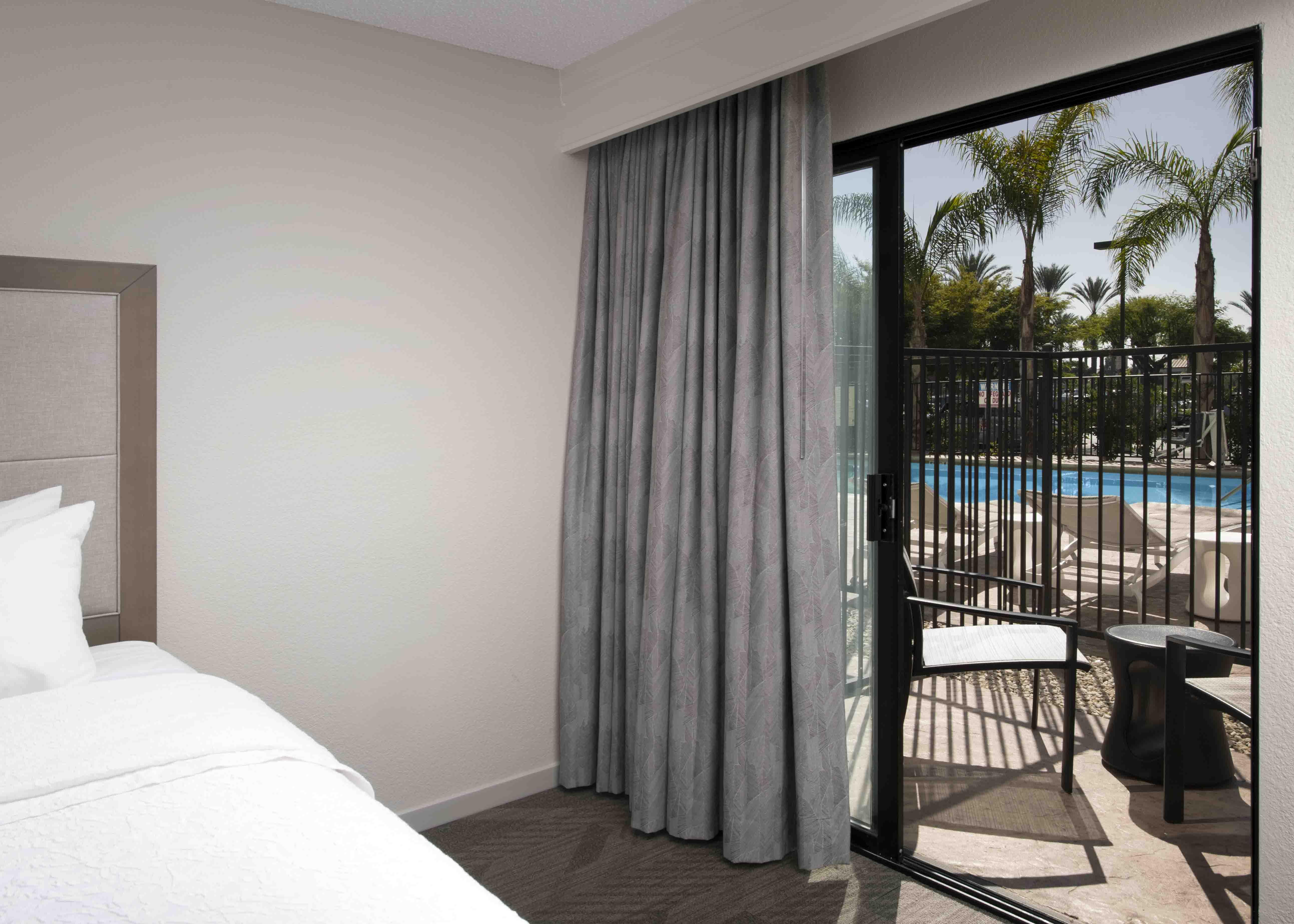 Hampton inn suites by hilton anaheim garden grove disneyland hotels 2 queen lanai with tub for Garden suite hotel los angeles