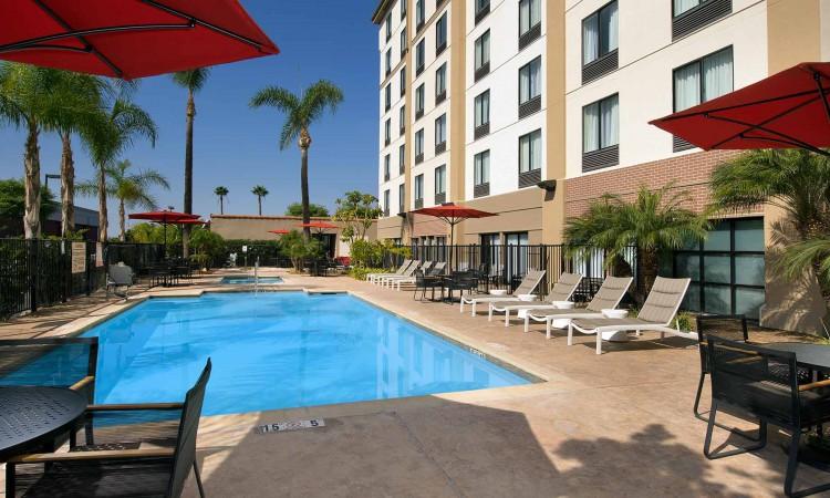 hampton-inn-anaheim-disney-hotel-outdoor-pool